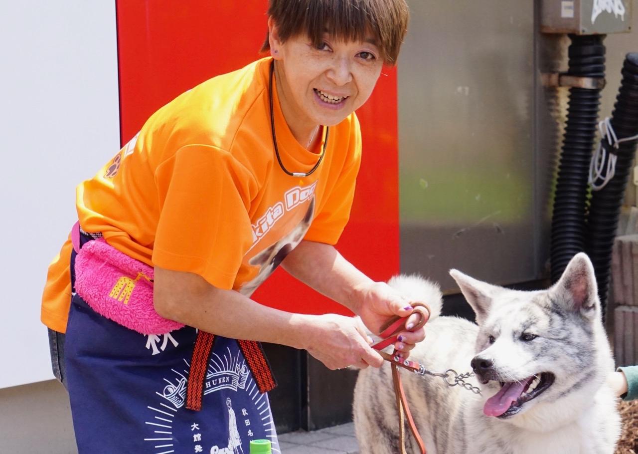 ONE FOR AKITAのチーフドッグトレーナーの鈴木明子さん